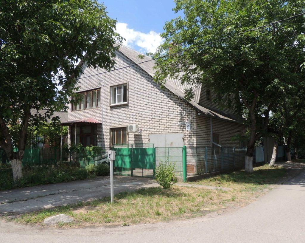 На углу этого дома было спилено «спорное» дерево