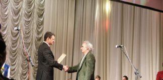 С победой в конкурсе «Золотое перо Кубани-2006» Григория Тамбиянца поздравляет губернатор Краснодарского края Александр Ткачев (Фото В.В Лебедева).