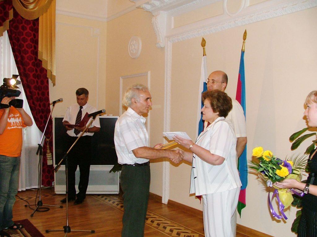 Вручение награды Григорию Тамбиянц на Конкурсе журналистов Краснодарского края «ПРОФИль-2005»