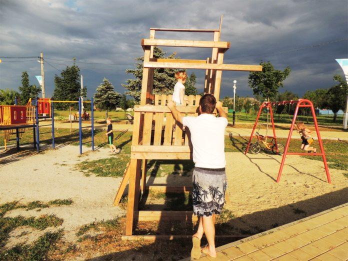 «Пьяная» конструкция на детской площадке в мкр. Индустриальный.