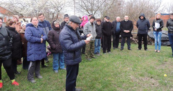 Март 2016 года, на сходе граждан в «Строителе» зачитывается листовка 2012 года с предвыборной программой кандидата на должность главы Тимашевского района Алексея Житлова.