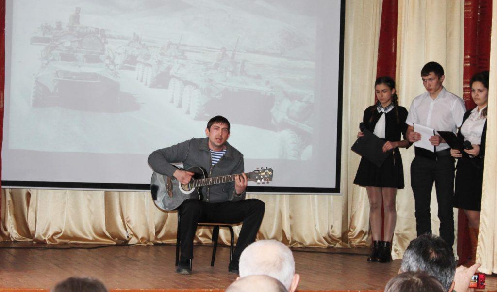 Песенное выступление под гитару