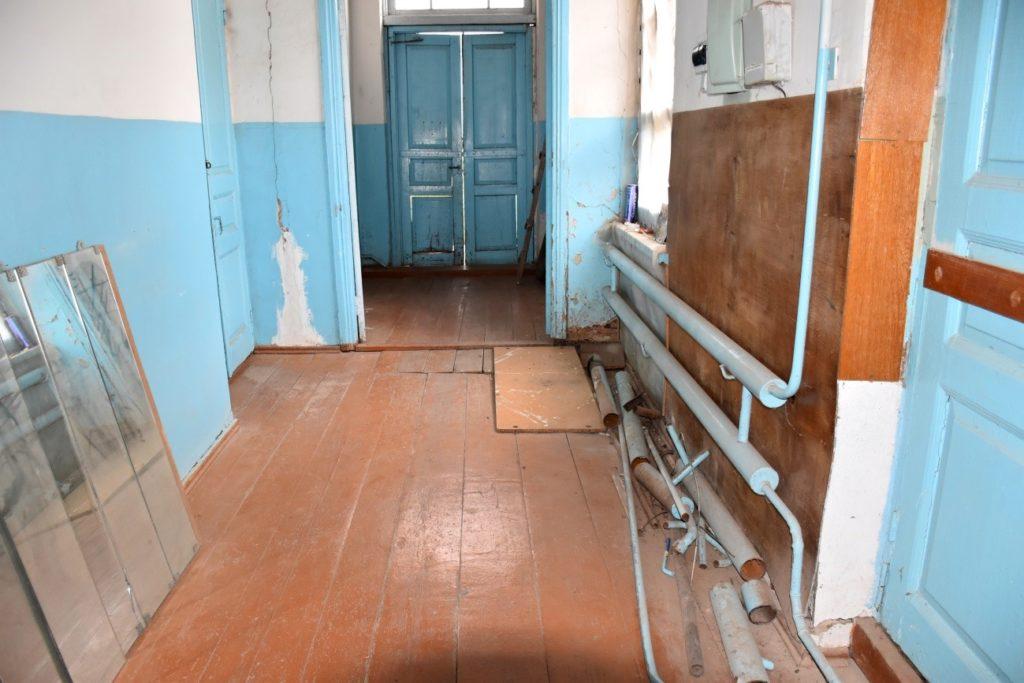 Так выглядит коридор с разваливающейся дверью
