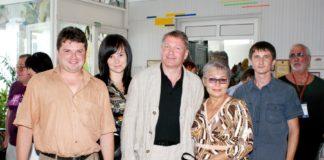 Антонида Новикова (в центре) вместе с коллегами-победителями творческого конкурса и с известным актером Игорем Бочкиным.