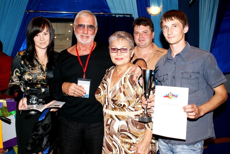 Антонида Новикова (в центре) вместе с коллегами-победителями творческого конкурса и с известным кинорежиссером Виктором Мережко.