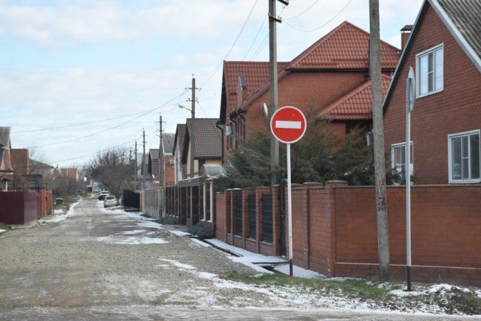 «Кирпич» перед улицей Вишневой