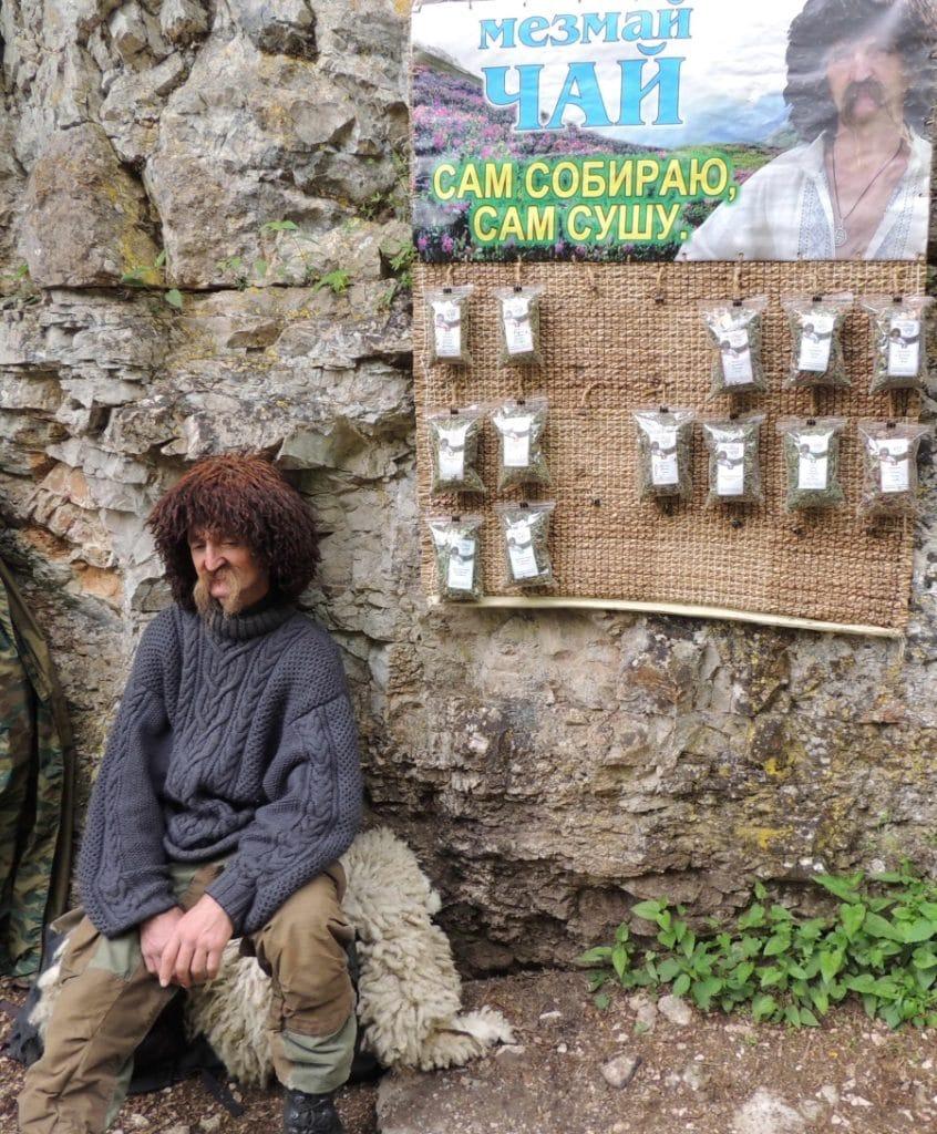продавец Мезмай чая в Гуамском ущелье