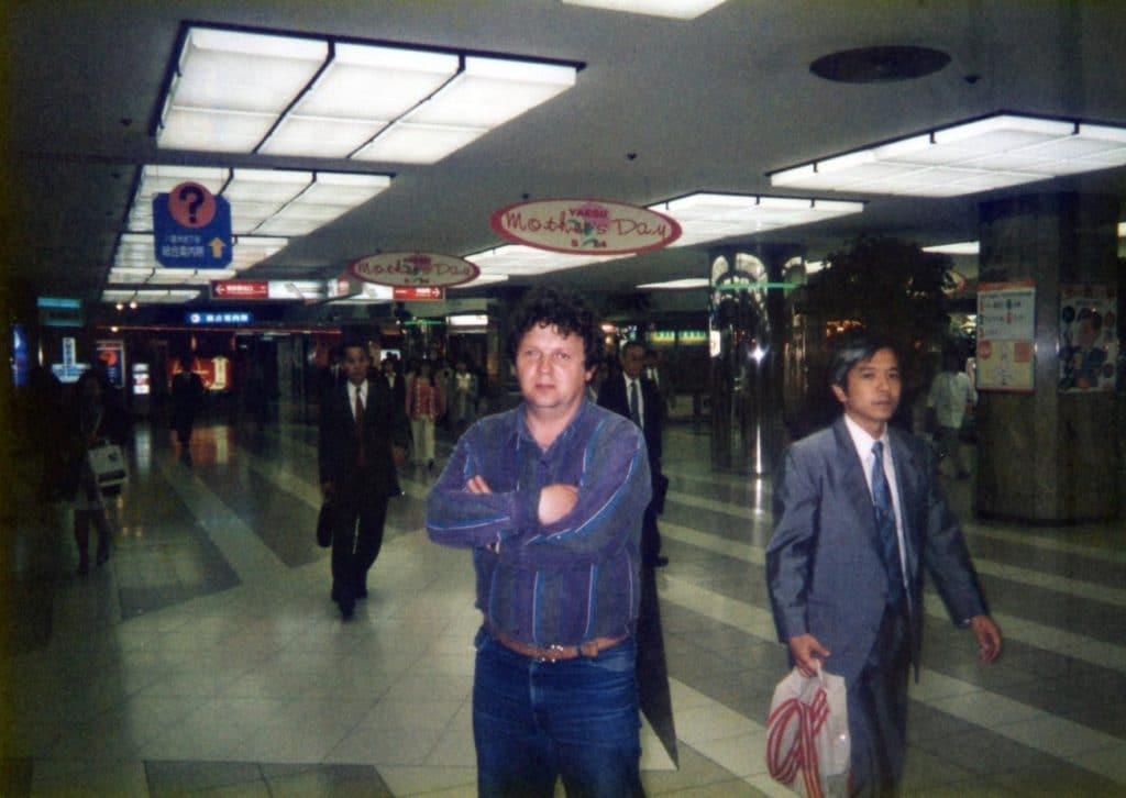 В вестибюле знаменитого огромного токийского вокзала «Токио-стейшн»