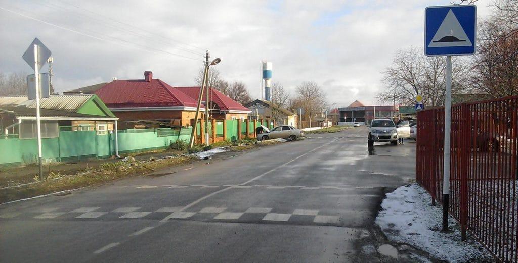 Зато на улице Коммунальной у «лежачих полицейских» все по правилам: разметка, высота и шириной, дистанции.