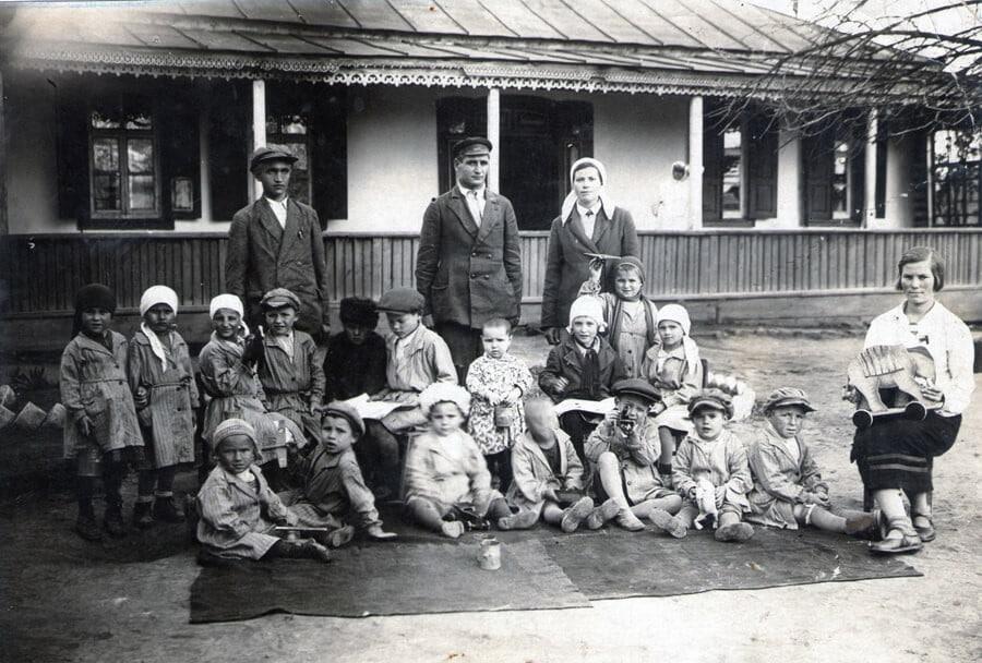 детский сад ст. Медведовской середины 30-х годов, крайний слева в первом ряду – маленький Егорка