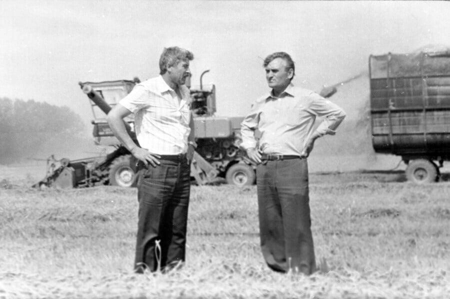 директор Староминского совхоза Е.Е. Гермашов (справа) на уборке зерновых