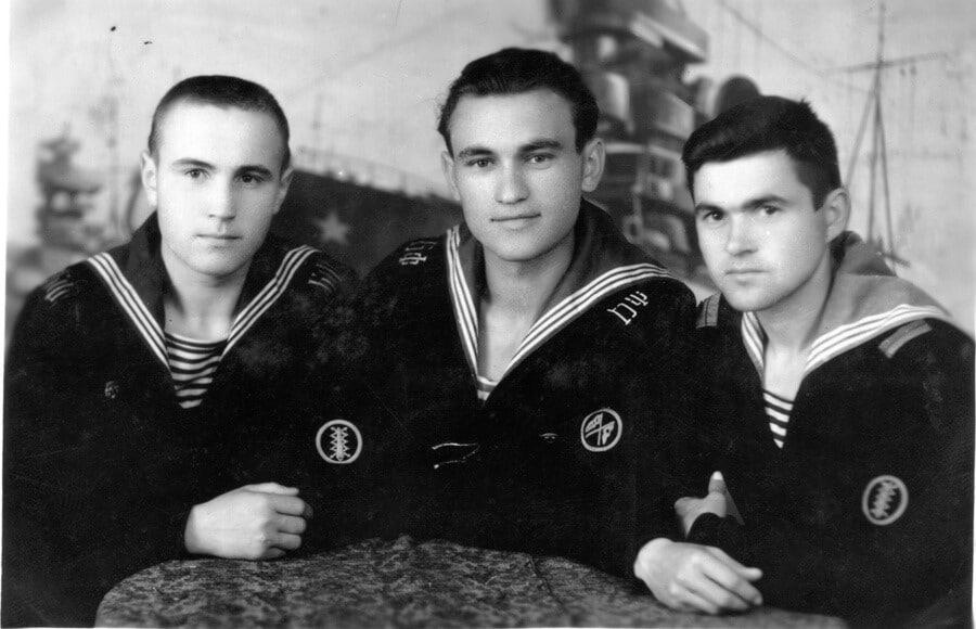 краснофлотец Гермашов (в центре) со своими сослуживцами