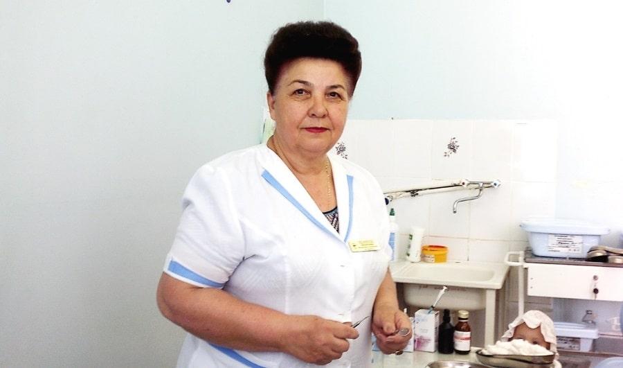 За работой стоматолог Феодосия Степановна Никифориди