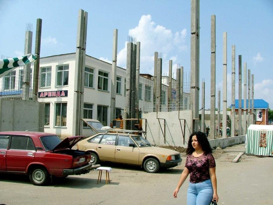 """НА СНИМКЕ: старое здание универмага, начало строительства торгово-развлекательного центра """"ГАРМОНИЯ"""" от 12.08.2005 года"""
