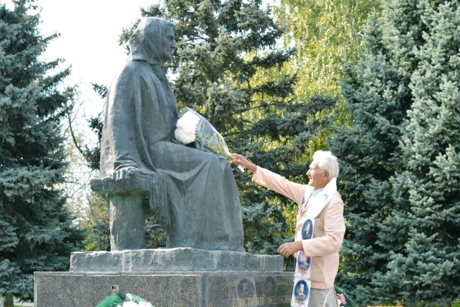 Леонид Григорьевич Спашк  возложил цветы к памятнику матери погибших сыновей Степановых Епистинии Федоровне