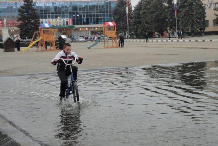 центральная площадь г. Тимашевска, 2012-13 гг. Власти пытались на площади обустроить для детей каток, но с прогнозом, вероятно, не угадали, зима оказалась теплой.