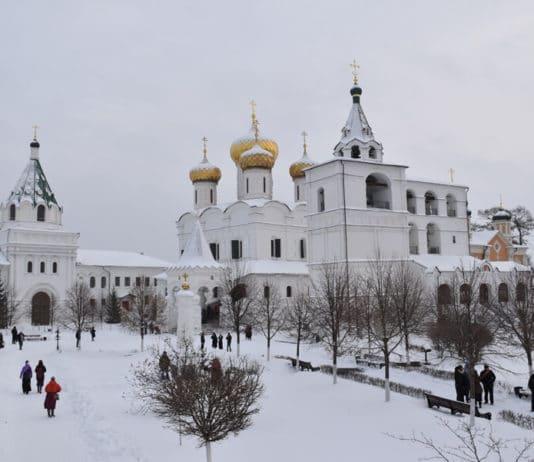 https://antispryt.ru/wp-content/uploads/2019/01/Na-podvore-Svyato-Troitskogo-Ipatevskogo-monastyirya.jpg
